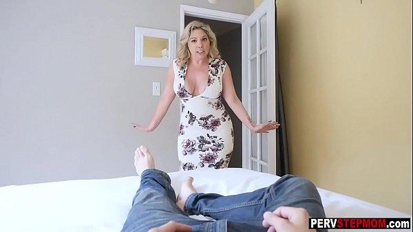 Coroa gostosa traindo seu marido com um garotão
