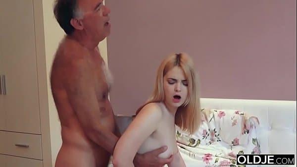 Pai comendo filha safada ninfeta