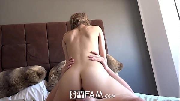 Mulher bucetuda de quatro na web cam exibindo bucetão