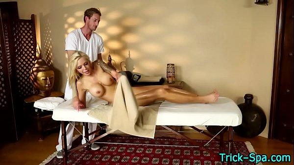Safadinha trepadeira transando muito com seu massagista dotado