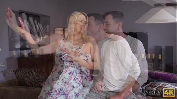 Comendo a filha pelo cu no sexo de incesto