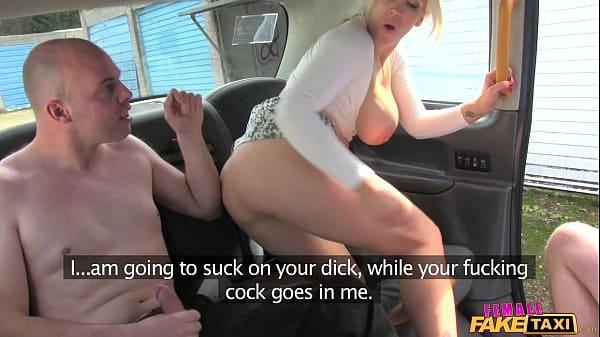 Comendo peituda loira motorista de taxi