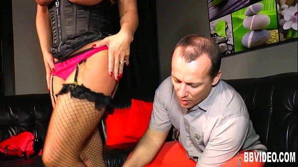 Coroa peituda cavala realizando video de espanhola em peitos grandes