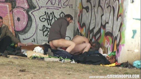 Flagra de mulher fazendo sexo com mendigos