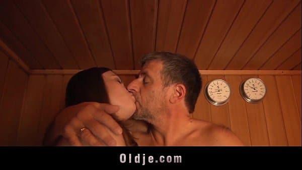 Foi pra sauna e pai e filha acabaram fazendo amor gostoso