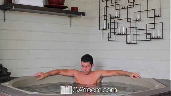 Sexo entre homens dentro da banheira quente