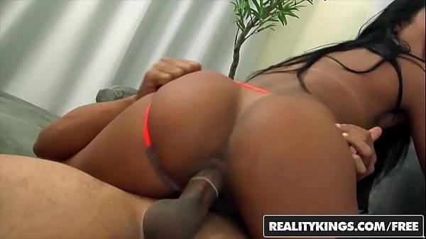 Chupando o grelo da buceta da ninfetinha brasileira