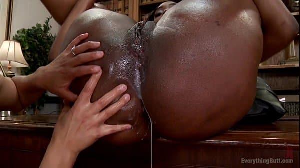 Sexo em cima da mesa de jantar com namorada