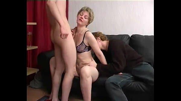 Filho fode mãe com amigo