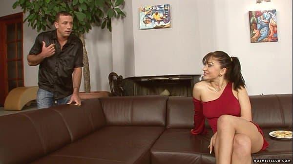 Linda safada seduz rapaz a foder com ela muito.