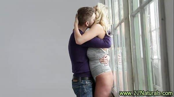 Loira novinha peituda fodendo com namorado
