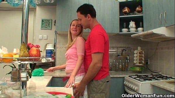 Mãe abusando de filho na cozinha