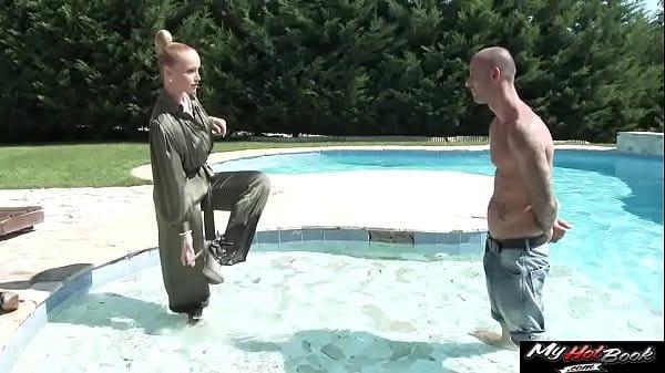 Metendo na coroa dentro da piscina da casa dela