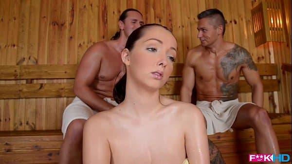 Novinha safada fode com dois em sauna