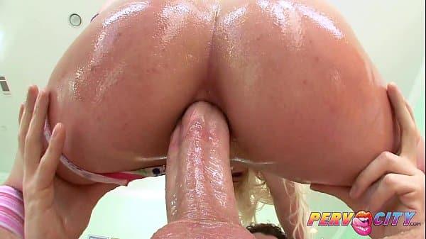 Puta viciada em anal pedindo pra socar com mais força