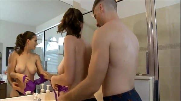 Comendo a filha safada dentro da banheira transando