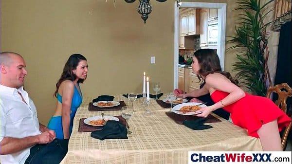 Cometendo adulterio com lesbica de visita em casa