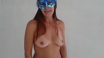 Loira pelada faz stripper de pijama na web cam