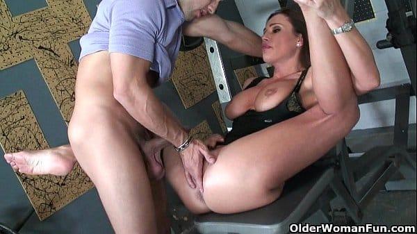 Mulher fodendo na academia bem gostoso