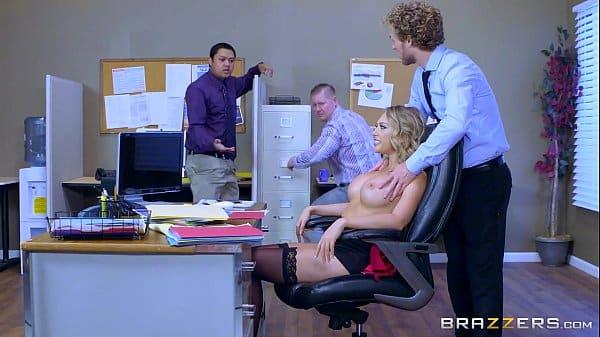Chefe socando dentro da sua empregada do escritório