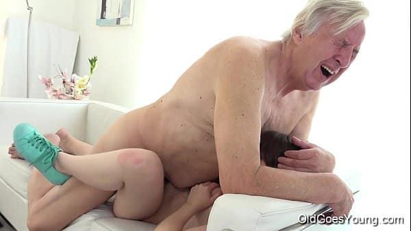 Filha gostosa fodendo com velho papai