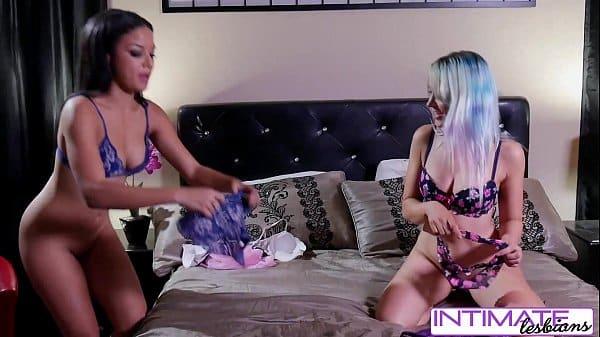 Lésbicas ninfetas fazendo tesoura buceta com buceta
