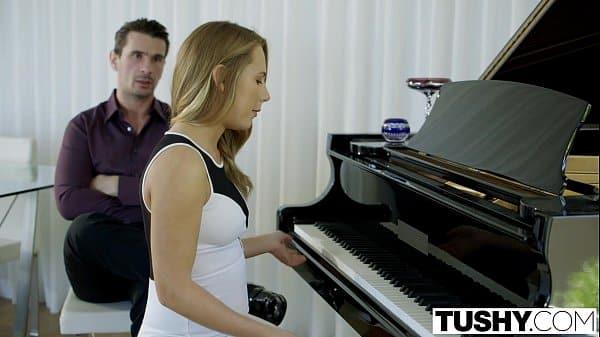 Punição na novinha por professor de piano