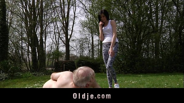 Sexo familiar em clima de amor entre pai e filha