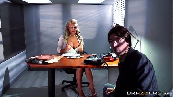Sexo gostoso com secretaria peituda durante seu trabalho