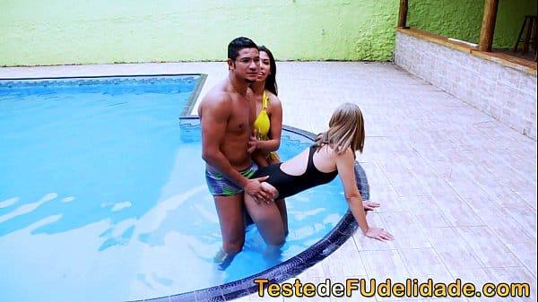 Sexo grupal com as duas alunas gostosas de natação