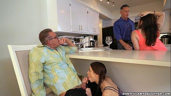 Sobrinha novinha fazendo boquete escondido dos pais a tio