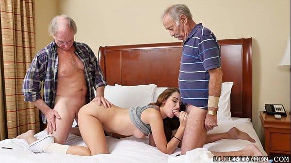 Velhos comendo novinha em sexo grupal