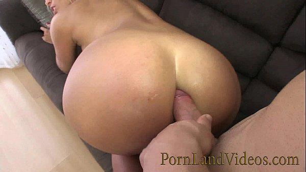 Loira puta dando cu e buceta no filme porno