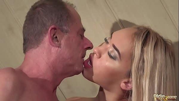 Sobrinha pega prima fazendo sexo com seu tio em vídeo de incesto