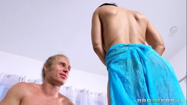 Atriz porno gata fazendo boquete e exigente na rola