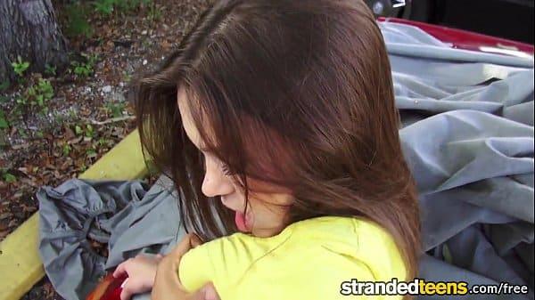 Botando dentro da namorado no carro mesmo na rua