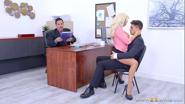 Chupando o pau do amigo de seu chefe loira muito safada