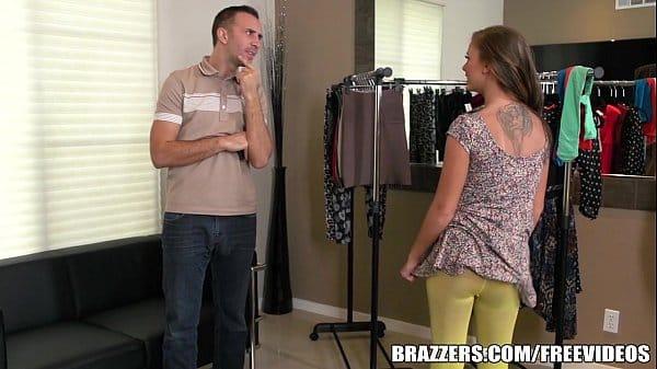 Escolhendo uma roupa e logo depois fodendo com seu namorado