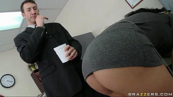 Fodendo sua secretaria gostosa de peitos grandes na frente da esposa