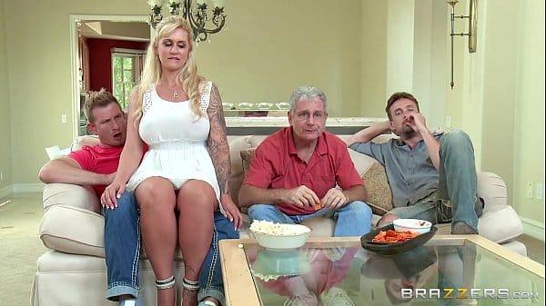 Loira muito safada fodendo com os amigos de seu marido em casa