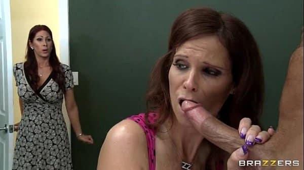 Mãe gostosa chupando a rola do namorado de sua filha safado