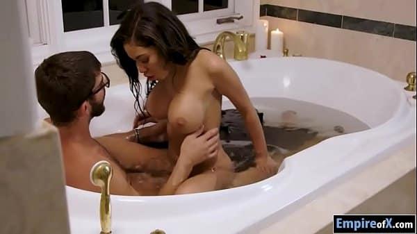 Novinha fodendo muito gostoso com seus amigos na banheira que faz um sexo oral bem gostoso
