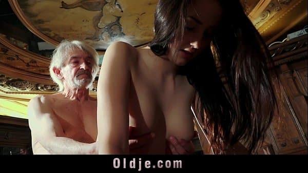 Pai comendo filha ainda virgem da bucetinha apertada