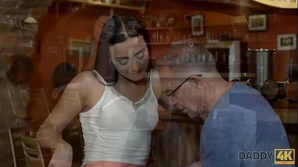 Pai fodendo amiga de sua filha muito safada adora dar a buceta