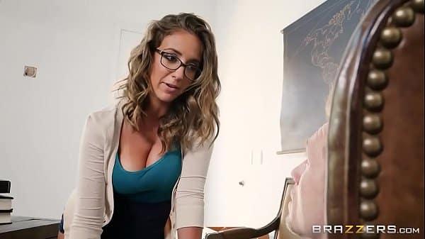 Pegando a namoradinha nerd de quatro em sua casa pois ele adora fazer um sexo de ladinho