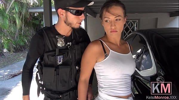 Policial comendo a vitima de um a salto muito gostosa que chamou a viatura só pra foder gostoso