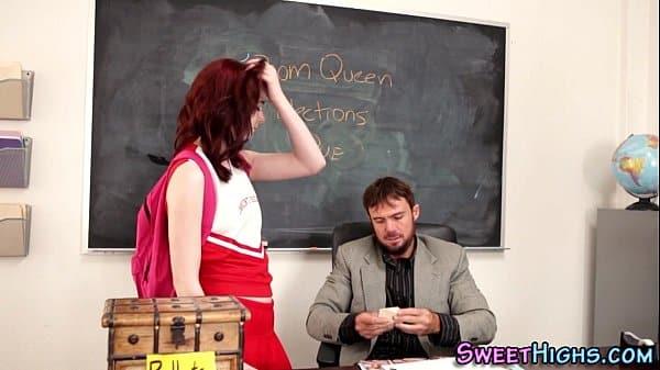 Professor fodendo sua aluna na sala de aula da escola