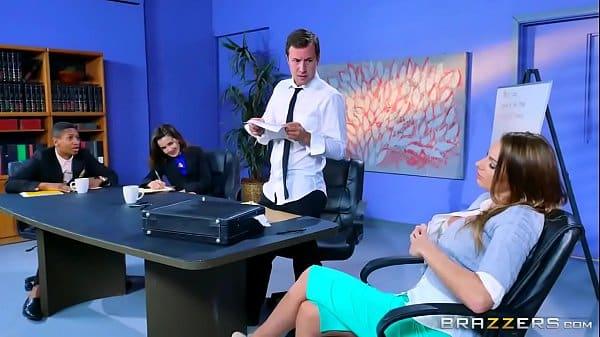 safada do olho azul fodendo muito com seu amigo de trabalho em seu escritório pois eles são tarados