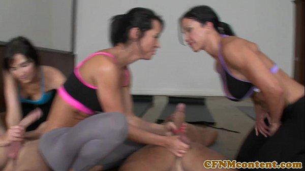 Abusando da mãe e filha gostosa na academia