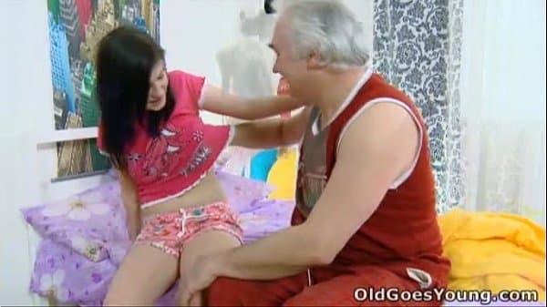 Avô comendo neta novinha de bucetinha virgem